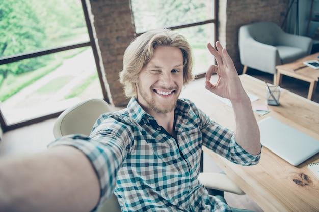 사무실에서 포즈를 취하는 행복 한 금발 남자