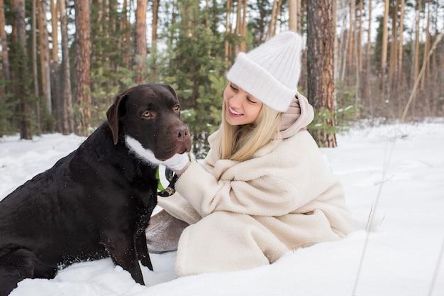犬と幸せなブロンドの女性