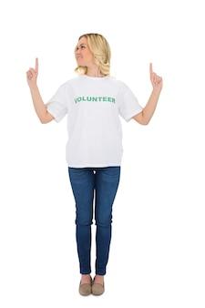 행복 한 금발 자원 봉사자를 가리키는