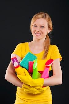 Счастливая блондинка женщина, держащая уборочное оборудование