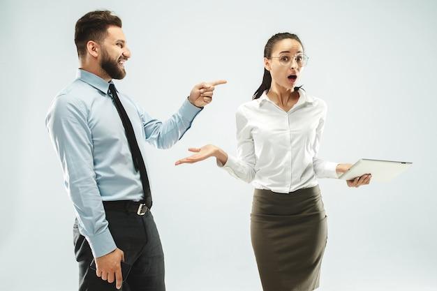 幸せなボス。男と彼の秘書がオフィスまたはスタジオに立っています。