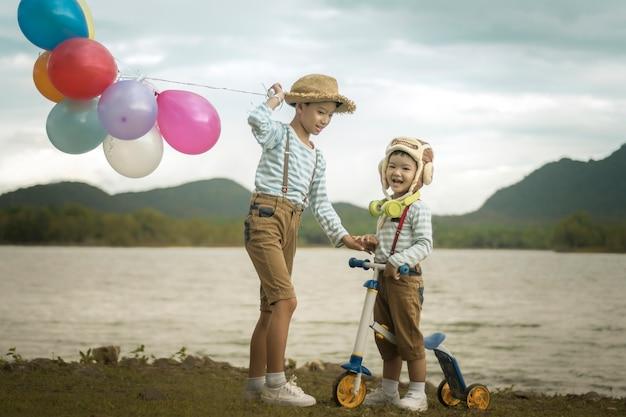 행복 한 소년과 형제 풍선