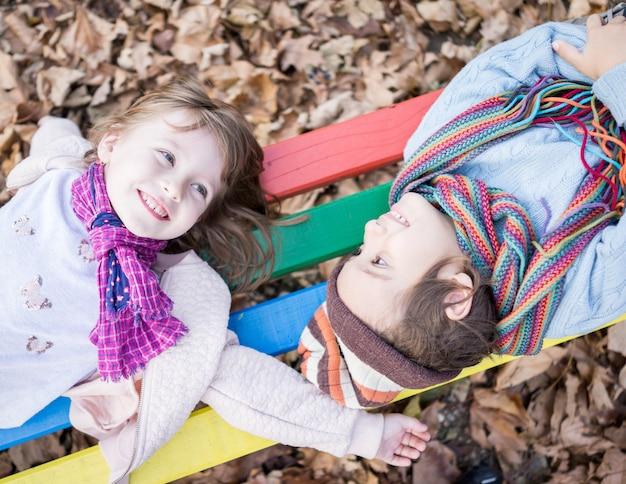 幸せな男の子と女の子の秋の公園で