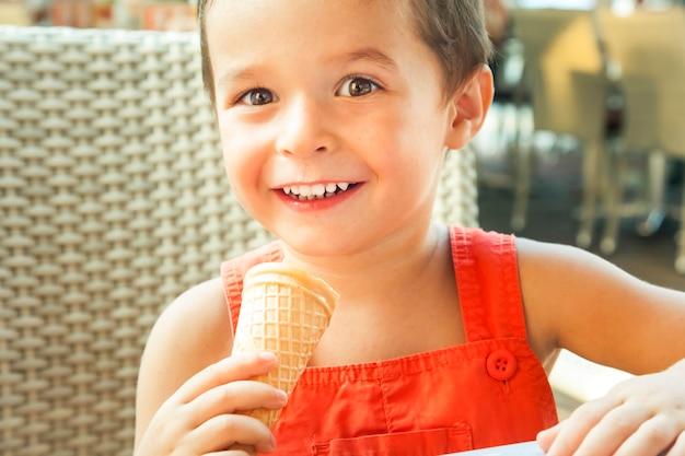 아이스크림을 먹는 행복 한 소년.