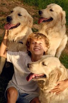 공원에서 개를 껴안은 행복한 소년