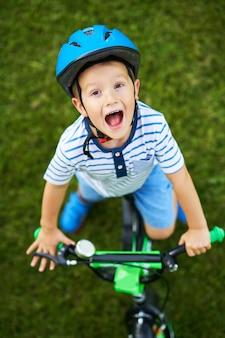 Счастливый мальчик весело езда на велосипеде