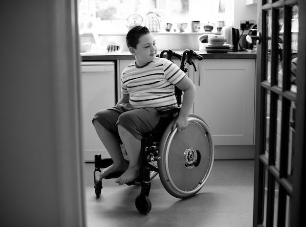 Счастливый мальчик в инвалидной коляске
