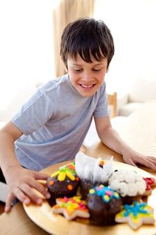 菓子を見ている幸せな少年