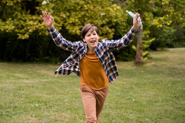 Счастливый мальчик на открытом воздухе