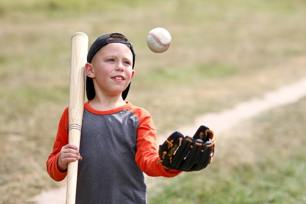 야구 개념 스포츠 건강을 재생 하는 행복 한 소년