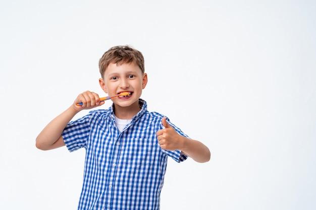 彼の歯を磨きながら笑って幸せな少年