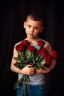 Счастливый мальчик с цветами для мамы