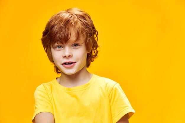 赤い髪と美しい笑顔の幸せな少年