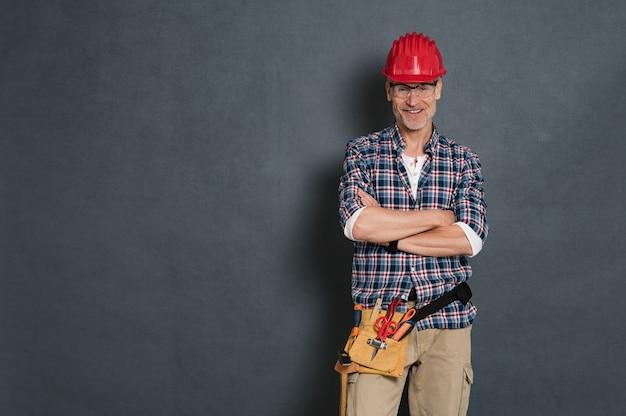 Счастливый каменщик готов к работе