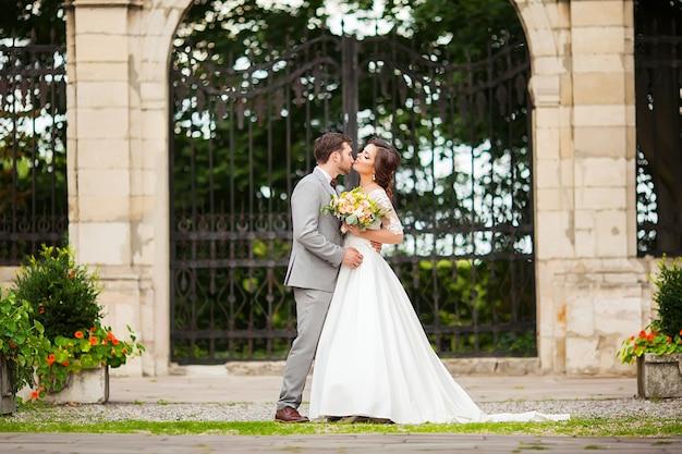 Счастливая невеста и жених в парке в день свадьбы