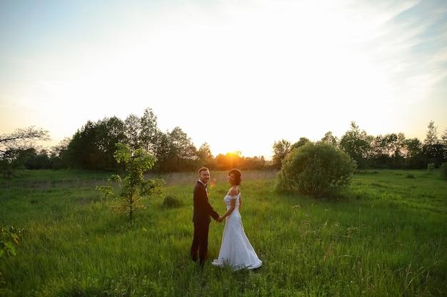 석양에 행복 한 신부와 신랑