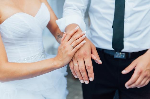 手を繋いでいる幸せな新郎新婦