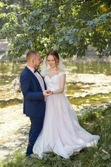 Счастливые жених и невеста обнимаются и целуются, любовь