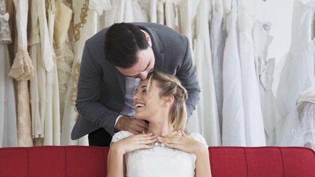 웨딩 드레스에 행복 한 신부와 신랑 결혼식에서 결혼을 준비합니다. 남자와 여자 커플의 낭만적 인 사랑.