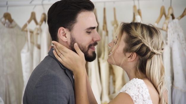 Счастливая невеста и жених в свадебном платье готовятся к свадьбе в свадебной церемонии. романтическая любовь пары мужчина и женщина.