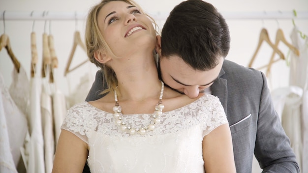 ウェディングドレスを着た幸せな新郎新婦は、結婚式で結婚する準備をします。男性と女性のカップルのロマンチックな愛。