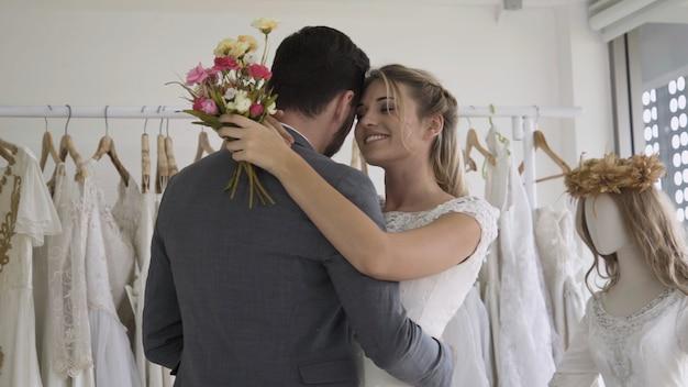 ウェディングドレスの幸せな新郎新婦は結婚式で結婚の準備をします