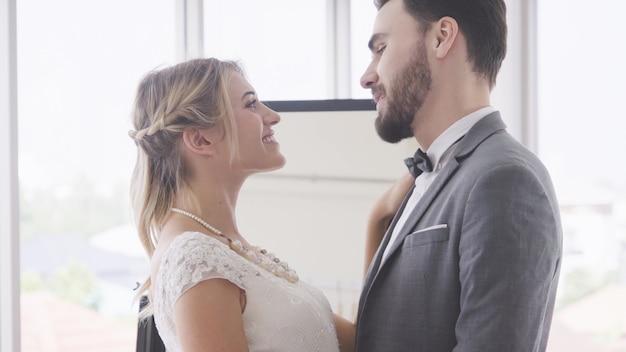 웨딩 드레스에 행복 한 신부와 신랑 결혼식에서 결혼 준비