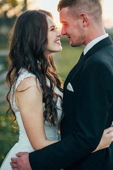 Счастливые жених и невеста возле средневекового дворца в день свадьбы