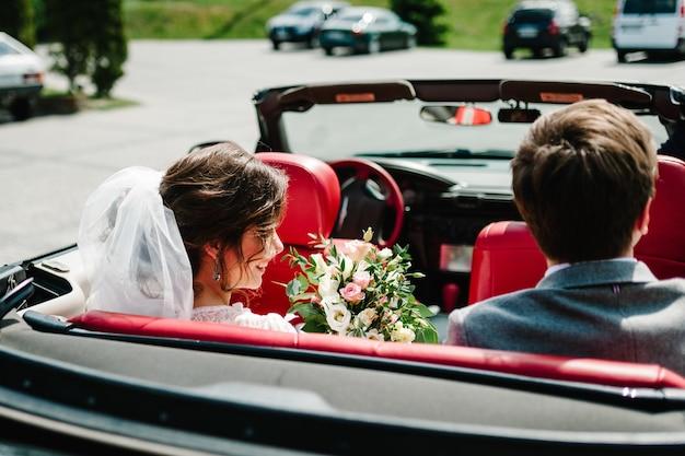 Счастливая невеста и жених, новобрачная свадебная пара