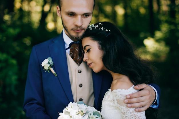 Счастливая невеста и жених в день свадьбы