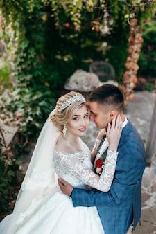 Счастливая невеста и жених на открытом воздухе