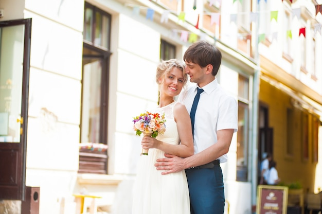 그들의 결혼식에 걷는 신랑과 행복 한 신부