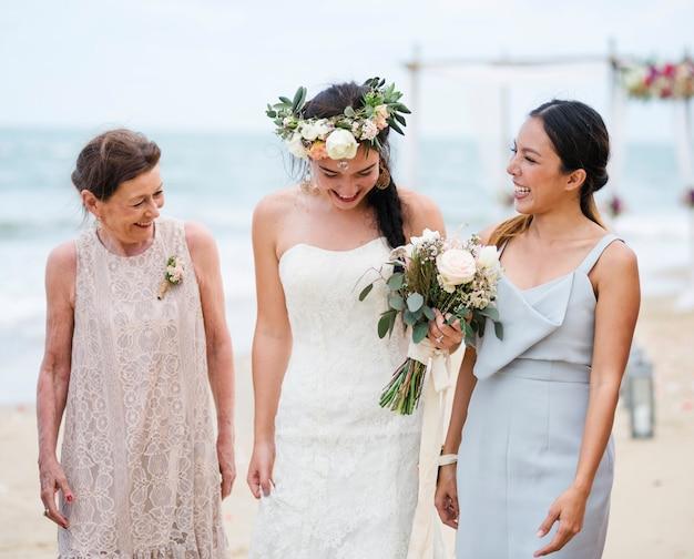 그녀의 결혼식에서 행복 한 신부와 손님