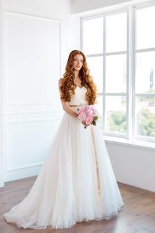 Счастливая невеста в помещении