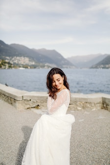 Счастливая невеста женщина в свадебном платье позирует