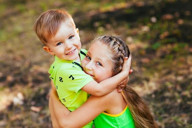 幸せな兄と妹の肖像画。