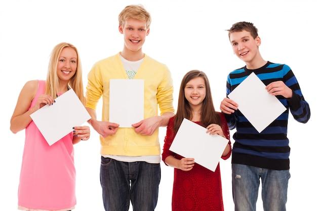 Счастливые братья и сестры с пустой бумагой