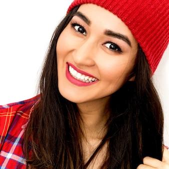 Счастливая брюнетка girl smile and fashion клетчатая рубашка и шапочка.