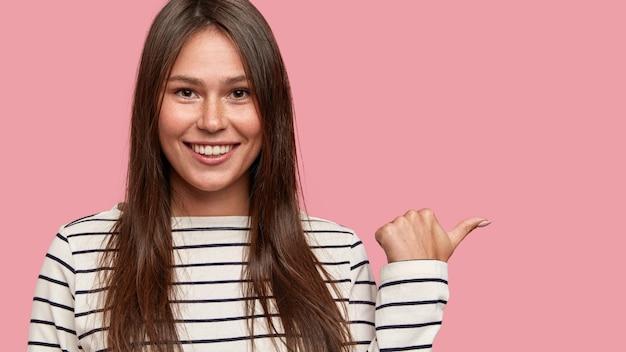 Felice ragazza bruna con affascinante sorriso accattivante, punti da parte