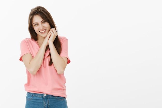 Felice donna bruna in posa in studio