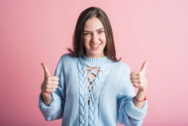 Счастливая брюнетка женщина показывает палец вверх, жест согласия