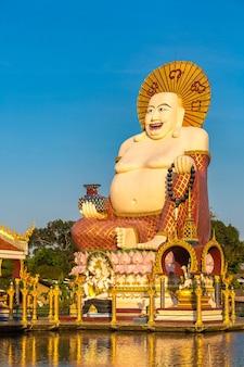 Счастливый статуя будды в храме ват плай лаем на самуи в таиланде