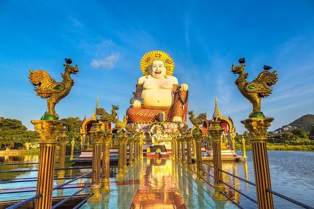 Счастливая статуя будды в храме ват плай лаем, самуи, таиланд