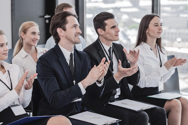 회의 회의 중에 박수를 치는 사람들의 행복 비즈니스 그룹