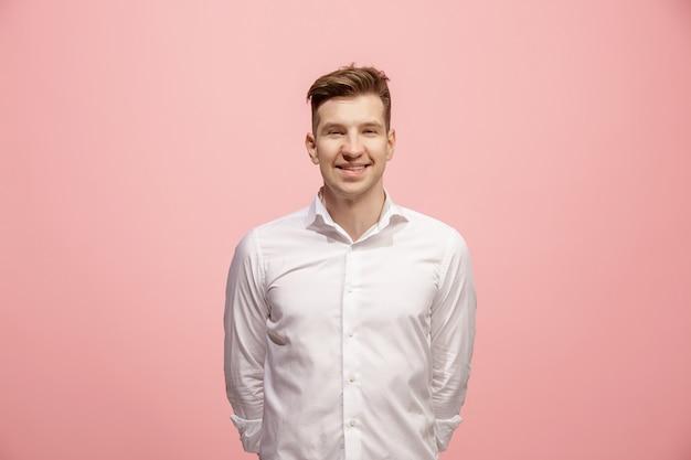 立っているとピンクに対して笑顔幸せなビジネスの男性