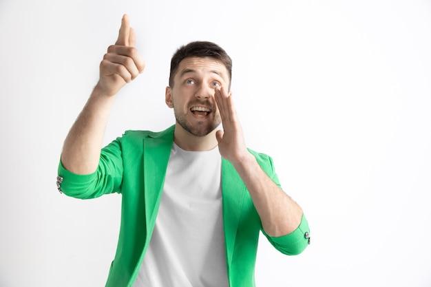 서, 웃 고에 고립 된 회색 공간을 가리키는 행복 비즈니스 사람. 아름다운 남성 반장 초상화. 젊은 만족 남자