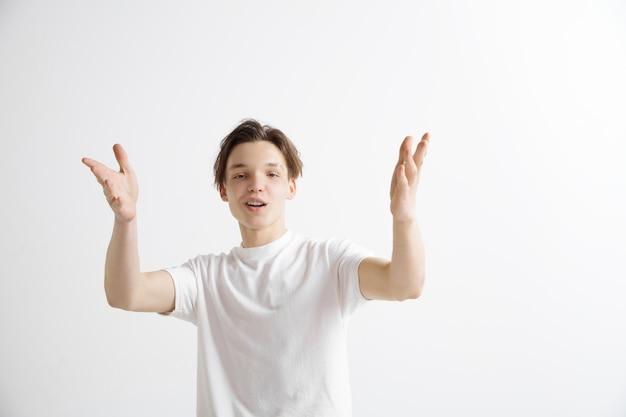 서, 웃 고 회색 스튜디오 배경에 고립 행복 비즈니스 사람. 아름다운 남성 반장 초상화. 젊은 만족 남자. 인간의 감정, 표정 개념.