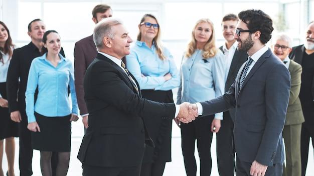 Счастливые деловые партнеры, пожимая руки