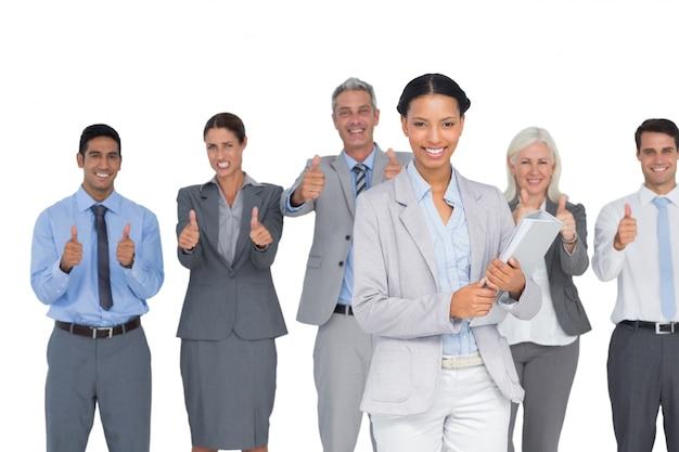 幸せなビジネス人々は、カメラで見て、親指で