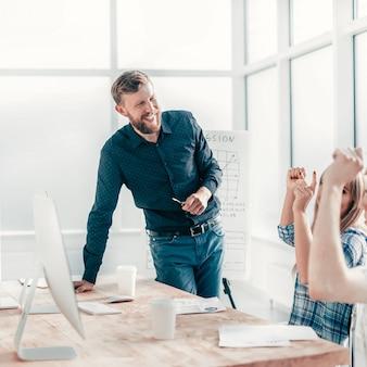 オフィスでの仕事の会議で幸せなビジネスチーム。チームワークの概念